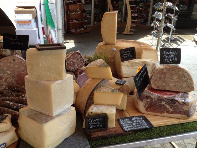 Marché en provence fromages et saucissons